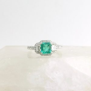 14k white gold ring with emerald and diamonds